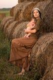 Madre joven con un bebé Fotos de archivo