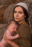 Madre joven con un bebé Fotos de archivo libres de regalías