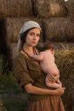 Madre joven con un bebé Foto de archivo