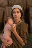 Madre joven con un bebé Imagen de archivo