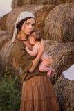 Madre joven con un bebé Fotografía de archivo