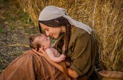 Madre joven con un bebé Imágenes de archivo libres de regalías