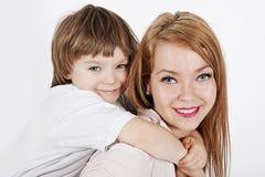 Madre joven con un niño Fotos de archivo