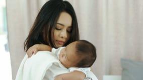 Madre joven de Asia con un bebé Fotos de archivo libres de regalías