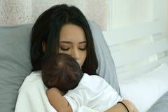 Madre joven de Asia con un bebé Imagen de archivo libre de regalías