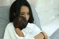 Madre joven de Asia con un bebé Foto de archivo libre de regalías
