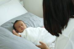 Madre joven de Asia con un bebé Imagen de archivo
