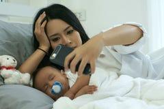 Madre joven de Asia con un bebé Fotografía de archivo libre de regalías