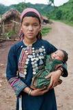 Madre joven de la tribu de la colina con el bebé Fotografía de archivo