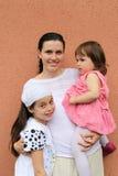 Madre joven de las hijas imágenes de archivo libres de regalías