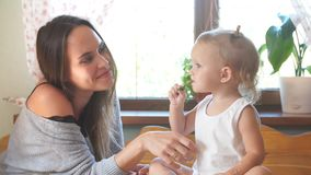 Madre joven e hija que pasan tiempo en la cocina almacen de video