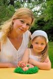 Madre joven e hija que tienen tiempo de Pascua Foto de archivo libre de regalías