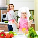 Madre joven feliz con cocinar de la hija fotos de archivo libres de regalías
