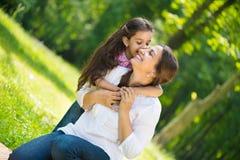 Madre joven feliz con su hija imagen de archivo