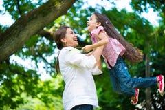 Madre joven feliz con su hija Foto de archivo