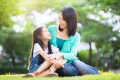 Madre joven feliz con su hija foto de archivo libre de regalías