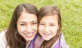 Madre joven feliz con su pequeña hija. Fotografía de archivo libre de regalías