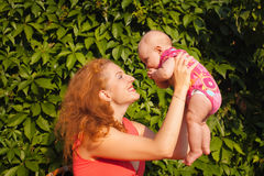 Madre joven hermosa con el bebé horizontal fotos de archivo