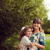 Madre joven hermosa en un vestido de flores y una hija 10 adolescentes YE Fotografía de archivo libre de regalías