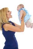 Madre joven orgullosa feliz con el bebé imagen de archivo