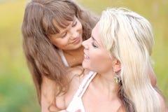 Madre joven que abraza a su hija Imagenes de archivo