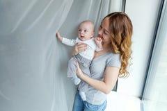 Madre joven que celebra a su niño recién nacido Imagen de archivo libre de regalías