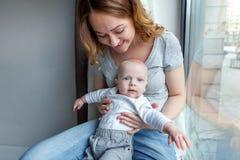 Madre joven que celebra a su niño recién nacido Imagen de archivo