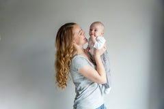 Madre joven que celebra a su niño recién nacido Fotos de archivo libres de regalías