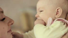Madre joven que celebra a su niño recién nacido Familia en casa, mamá y bebé almacen de metraje de vídeo