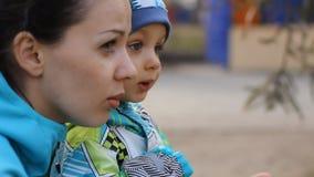 Madre joven que habla con su pequeño hijo almacen de metraje de vídeo