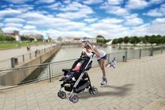Madre joven que hace el rodillo con el bebé. Imagen de archivo libre de regalías