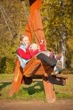 Madre joven que hace pivotar con el dughter en parque Imagen de archivo libre de regalías