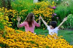 Madre joven que juega con los niños en parque Imagen de archivo