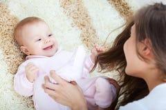 Madre joven que juega con su niña Imagen de archivo