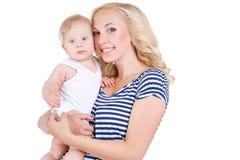 Madre joven que juega con su pequeño hijo Imágenes de archivo libres de regalías