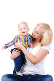 Madre joven que juega con su pequeño hijo Imagen de archivo