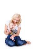 Madre joven que juega con su pequeño hijo Imagenes de archivo