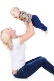 Madre joven que juega con su pequeño hijo Foto de archivo