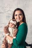 Madre joven que pasa tiempo con su bebé de 3 meses Imágenes de archivo libres de regalías