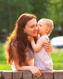Madre joven y bebé al aire libre fotografía de archivo