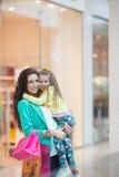 Madre joven y su hija que hacen hacer compras junto Fotos de archivo libres de regalías