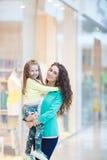 Madre joven y su hija que hacen hacer compras junto Fotografía de archivo