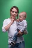 Madre joven y su hijo del niño que señalan en Foto de archivo