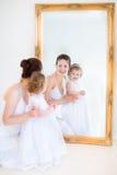 Madre joven y su mirr siguiente de la hija del niño Imágenes de archivo libres de regalías