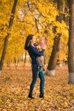 Madre joven y su otoño de la niña Foto de archivo