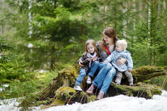 Madre joven y sus dos hijas al aire libre fotografía de archivo libre de regalías