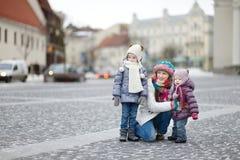 Madre joven y sus muchachas el día de invierno Imagen de archivo libre de regalías