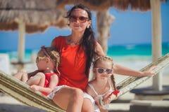 Madre joven y sus pequeñas hijas que tienen resto Imágenes de archivo libres de regalías
