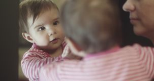 madre 4K y bebé almacen de video