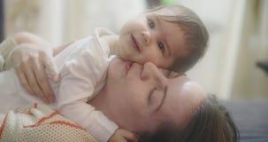 madre 4K y bebé almacen de metraje de vídeo